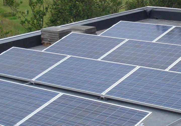 Zonnepanelen op een plat dak coverr dak gevel magazine
